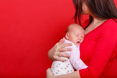 Mutter, die ihr kleines neugeborenes Baby h?lt lizenzfreies stockfoto