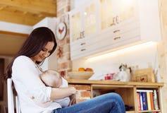 Mutter, die ihr Schätzchen stillt Lizenzfreie Stockfotografie