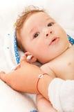 Mutter, die ihre Babyohren säubert Lizenzfreie Stockfotos