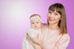 Mutter, die ihre Babytochter hält Lizenzfreies Stockfoto