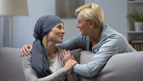 Mutter, die ihre hoffnungslose Tochter mit Krebs, Familienförderung umarmt und küsst stock footage