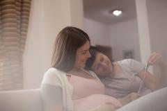 Mutter, die ihre schwangere Tochter stützt stockfotografie