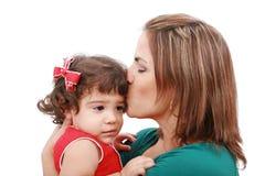Mutter, die ihre Tochter küßt Lizenzfreie Stockbilder