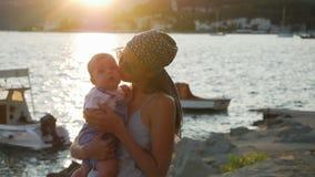 Mutter, die ihren jungen Sohn umarmt stock video
