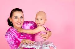 Mutter, die ihren kleinen Sohn umarmt Lizenzfreies Stockbild