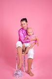 Mutter, die ihren kleinen Sohn umarmt Stockfotos