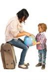 Mutter, die ihren Sohn auf Weltkugel zeigt Lizenzfreies Stockbild