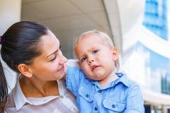 Mutter, die ihren Sohn betrachtet Lizenzfreie Stockfotografie