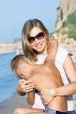 Mutter, die ihren Sohn tröstet Stockbild