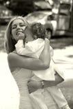 Mutter, die ihren Sohn umfaßt Stockfoto