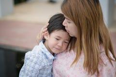 Mutter, die ihren Sohn umfasst und tröstet Lizenzfreie Stockfotos