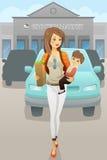Mutter, die ihren Sohn und Einkaufstüten trägt Lizenzfreies Stockfoto