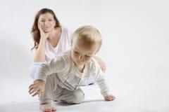 Mutter, die ihren spielenden Sohn betrachtet Stockfoto