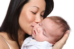 Mutter, die jungen Sohn anhält Stockfoto