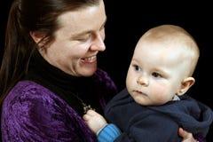 Mutter, die junges Kleinkind anhält lizenzfreies stockbild