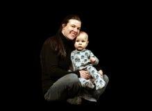 Mutter, die junges Kleinkind anhält stockfotografie