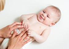Mutter, die Kinderbauch, Schätzchenlachen massiert Mutter, die Säuglingsbauch massiert Lizenzfreie Stockfotografie
