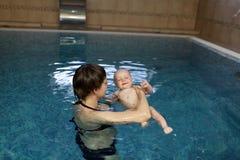 Mutter, die Kindschwimmen erlernt Lizenzfreies Stockfoto