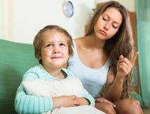 Mutter, die kleines Kind ausschilt Lizenzfreies Stockfoto