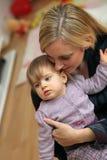 Mutter, die liebevoll ihr Schätzchen umarmt stockbild