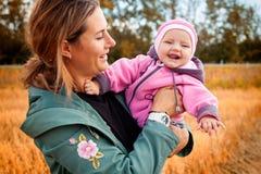 Mutter, die mit ihr ein kleines Baby spielt lizenzfreie stockfotos