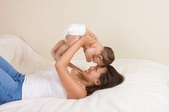Mutter, die mit ihrem Babysohn spielt Lizenzfreie Stockfotos