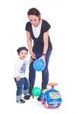 Mutter, die mit ihrem Kind spielt Stockfotos