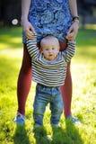 Mutter, die mit ihrem kleinen Sohn hält Lizenzfreie Stockfotos