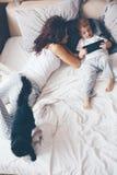 Mutter, die mit ihrem kleinen Sohn sich entspannt Lizenzfreie Stockfotos