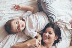 Mutter, die mit ihrem kleinen Sohn sich entspannt Lizenzfreie Stockbilder