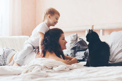 Mutter, die mit ihrem kleinen Sohn sich entspannt Lizenzfreies Stockfoto