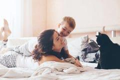 Mutter, die mit ihrem kleinen Sohn sich entspannt Stockfotos