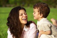Mutter, die mit ihrem Sohn im Freien spielt Lizenzfreie Stockfotos