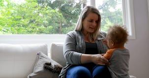 Mutter, die mit ihrem Sohn 4k spielt stock footage