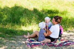 Mutter, die mit ihren Kindern spielt lizenzfreie stockfotografie