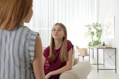 Mutter, die mit ihrer Jugendlichtochter spricht stockfotografie