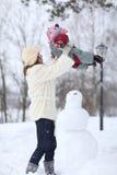 Mutter, die mit ihrer kleinen Tochter spielt lizenzfreie stockfotos