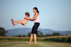 Mutter, die mit ihrer Tochter spielt Lizenzfreie Stockbilder