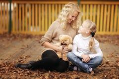Mutter, die mit ihrer Tochter spielt lizenzfreie stockfotos