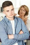 Mutter, die mit jugendlichem Sohn argumentiert Lizenzfreie Stockfotos