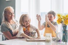 Mutter, die mit Kindern auf der Küche kocht Stockfoto