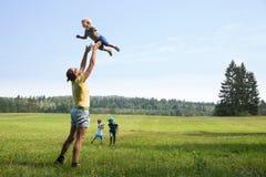 Mutter, die mit Kindern spielt Lizenzfreie Stockfotos