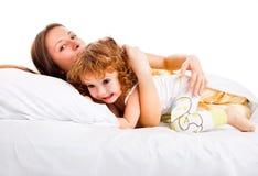 Mutter, die mit Kleinkind spielt Lizenzfreies Stockfoto