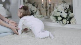 Mutter, die mit Schätzchen spielt stock video footage