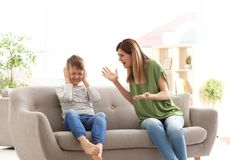 Mutter, die mit Sohn argumentiert stockbild
