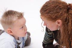 Mutter, die mit Sohn spricht stockfoto