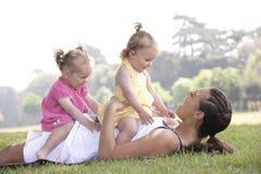 Mutter, die mit Töchtern spielt Lizenzfreies Stockfoto