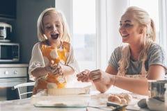Mutter, die mit Tochter auf der Küche kocht Lizenzfreie Stockbilder
