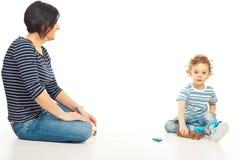 Mutter, die nach Hause mit ihrem Sohn spielt Stockfoto