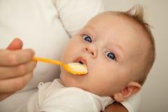 Mutter, die neugeborenen Sohn speist Lizenzfreie Stockbilder
